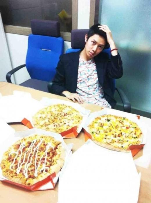 Kim Heechul dengan Pizza dari Jang Geun Seok
