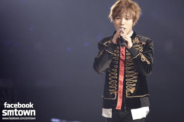 [SUPER SHOW4] Yesung is singing passionately for fans. [FACEBOOK SMTOWN STAFF]