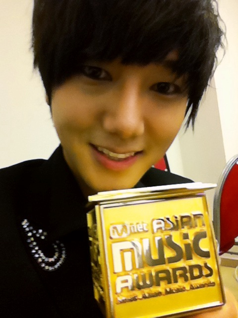 Yesung with MAMA's thropy
