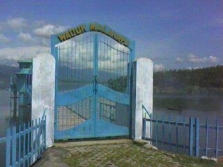 pintu gerbang menuju bangungan pengatur air di Waduk Malahayu