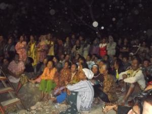 warga Dukuh Kopi menonton pertunjukkan Wayang Golek