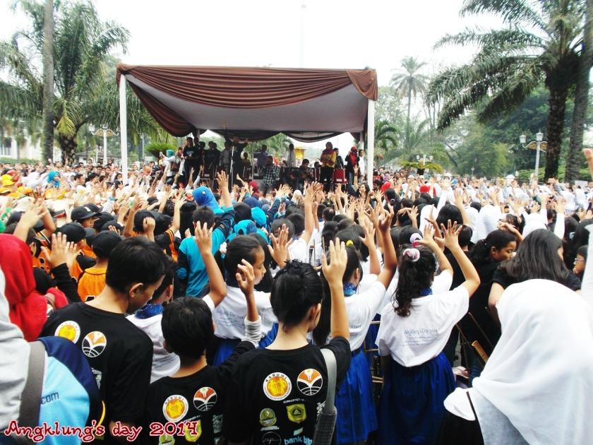 Peserta angklung's day semangat membawakan lagu Band Kotak, BERAKSI