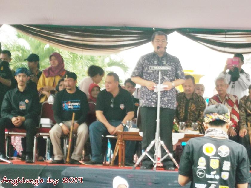 Gubernur Jawa Barat, Bpk. Ahmad Heryawan, memberikan sambutan dalam acara angklung's day